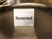 Reserverad tabell, logo Boka emblemet, tabell i restaurangen hungrigt upptaget Royaltyfria Foton