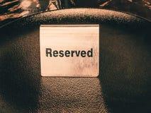 Reserverad tabell, logo Boka emblemet, tabell i restaurangen hungrigt upptaget Royaltyfri Foto