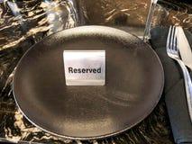 Reserverad tabell, logo Boka emblemet, tabell i restaurangen hungrigt upptaget Arkivbilder