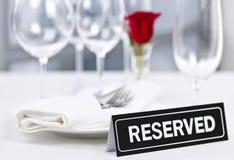 Reserverad tabell på den romantiska restaurangen Royaltyfri Fotografi