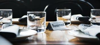 Reserverad tabell på en restaurang Arkivfoton