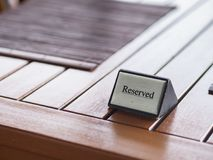 Reserverat tecken för restaurang på trätabellen Arkivbild