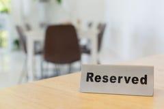 Reserverat tecken på den wood tabellen i restaurang Royaltyfria Bilder