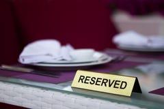 Reserverat tecken på en tabell i restaurang Arkivbild