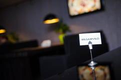 Reserverat tecken på en tabell i restaurang Arkivbilder