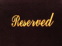 Reserverat tecken på mörkt bakgrunds-/reservationsbegrepp i restaurang Arkivbilder