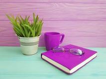 Reservieren Sie Glastopf mit Grasrosa-Tasse Kaffee-Weinlese auf hölzernem Konzept der Tabelle Stockfotografie