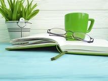 Reservieren Sie Glastopffarbbetriebsausgangstasse kaffee-Innenweinlese auf hölzernem Konzept der Tabelle Stockbild