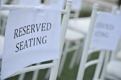 Reservierte Sitze an der Hochzeits-Zeremonie lizenzfreies stockbild