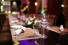 Reservierte Tabelle in der Gaststätte lizenzfreies stockbild