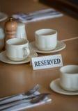 Reservierte Tabelle in einer Gaststätte Stockfotos