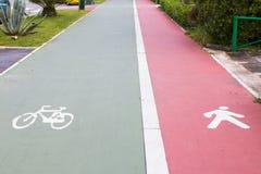 Reservierte Wege des Fahrrades und der Fußgänger Stockbilder