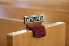 Reserviertes Zeichen auf Kirchenbank Lizenzfreies Stockfoto