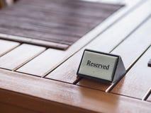 Reserviertes Zeichen des Restaurants auf Holztisch Stockfotografie