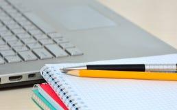 Reservoarpenna, blyertspenna och anteckningsbok Arkivbilder