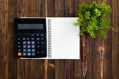 Reservoarpenna eller bläckpenna med den anteckningsbokpapper och räknemaskinen på wo Arkivbild