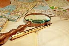 Reservoarpenna och gammalt förstoringsglas Arkivbilder