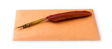 Reservoarpenna och kuvert för att skriva på en vit bakgrund Royaltyfria Foton