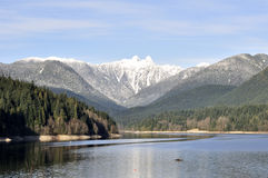 Reservoir dat door mooie bergen wordt omringd Stock Foto