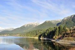 Reservoir dat door mooie bergen wordt omringd Royalty-vrije Stock Fotografie
