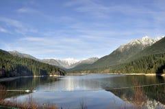 Reservoir dat door mooie bergen wordt omringd Royalty-vrije Stock Afbeelding