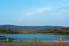 Reservoir en blauwe hemel stock foto