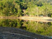 Reservoir f?r das Kampieren in Thailand stockfotografie