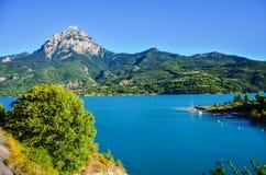 Reservoir Lac de Serre-Ponson en la Francia del sudeste en el río de la prisión Provence, las montañas foto de archivo
