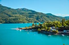 Reservoir Lac de Serre-Ponson en la Francia del sudeste en el río de la prisión Provence, las montañas Fotografía de archivo