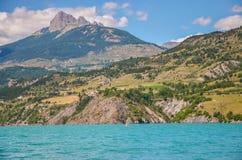 Reservoir Lac de Serre-Ponson Prisión del río Francia suroriental Alpes Fotografía de archivo