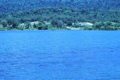 Reservoir mit Wasser und Wolken sind schön Lizenzfreie Stockfotos