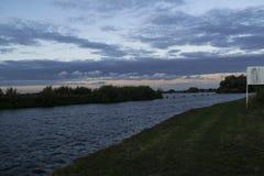 Reservoir over Aire en Calder Canal wordt gezien dat stock fotografie