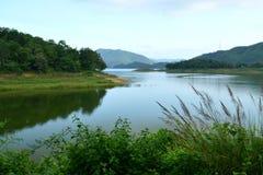 Reservoir in Regenachtig Seizoen Stock Afbeeldingen