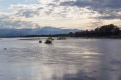 Reservoir und Berg mit Abendhimmel und blauem Himmel bewölken sich Sonnenlicht, welches die Wolken und die Gebirgsflüchtigen blic Lizenzfreie Stockfotografie