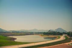 Reservoir und die Straße Stockfoto