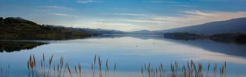 Reservoir und Reflexion Stockbild