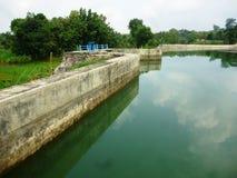 Reservoir van water het stromende Bentolo Stock Foto