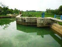 Reservoir van water het stromende Bentolo Stock Afbeeldingen