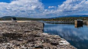Reservoire, Wasserreflexionen und sch?ne Himmel stockbilder