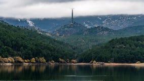 Reservoirs, bomen, bezinningen en bergen Het reservoir van La Jarosa stock afbeelding