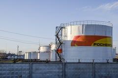Reservoirs met brandstof bij het oliedepot van Rosneft Tanks in het licht van de het plaatsen zon Royalty-vrije Stock Fotografie