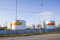 Reservoirs met brandstof bij het oliedepot van Rosneft Tanks in het licht van de het plaatsen zon Stock Foto's