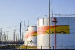 Reservoirs met brandstof bij het oliedepot van Rosneft Tanks in het licht van de het plaatsen zon Royalty-vrije Stock Foto