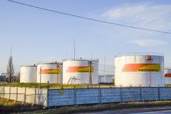 Reservoirs met brandstof bij het oliedepot van Rosneft Tanks in het licht van de het plaatsen zon Stock Afbeelding