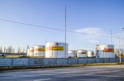 Reservoirs met brandstof bij het oliedepot van Rosneft Tanks in het licht van de het plaatsen zon Royalty-vrije Stock Foto's