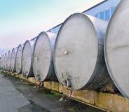 Reservoirs voor opslag en vervoer van wijn bij de wijnmakerij stock fotografie