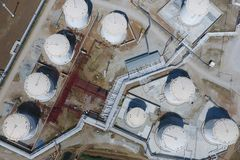 Reservoirs voor opslag van olie en producten van zijn verwerking royalty-vrije stock afbeeldingen