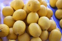 Resh citroner i marknaden royaltyfri foto