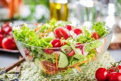 Resh plantaardige salade op de grijze close-up van de betonlijst stock fotografie