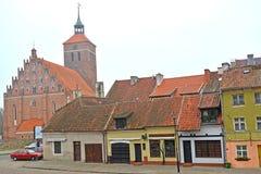 REShEL POLEN Det medeltida bostadsområdet med en katolsk kyrka av helgon Pyotr och Pavel Arkivfoto